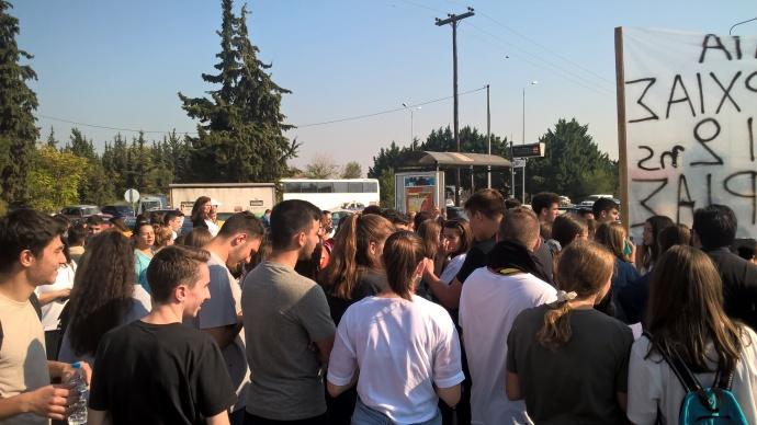 """Μαχητική η κινητοποίηση στην Περιφερειακή Διεύθυνση Εκπαίδευσης Κ. Μακεδονίας των μαθητών, των γονέων, των συλλόγων εκπαιδευτικών από τα ΓΕΛ Άδενδρου και Καλοχωρίου, των Α', Γ', Δ', Ε' ΕΛΜΕ Θεσσαλονίκης για να μην κλείσουν τα """"ολιγομελή"""" τμήματα."""